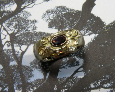 Ring van oud goud gemaakt met filigrain krullen motief en eigen granaat en diamant. Ring made from own heirloom gold with a curly filigrain motive and a garnet and diamond. Oogst goudsmid Amsterdam.