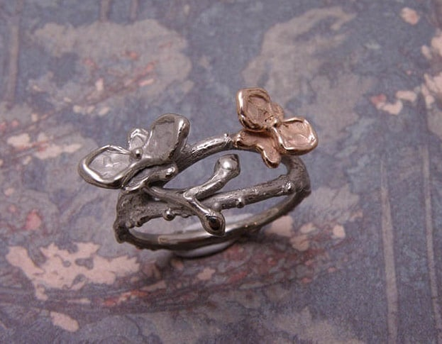 Ring In bloei. Witgouden takjes met orchidee en roodgoud. Ring In boom. White gold twigs with orchids and rose gold details. Uit het Oogst goudsmid atelier. Made in the Oogst goldsmith studio.