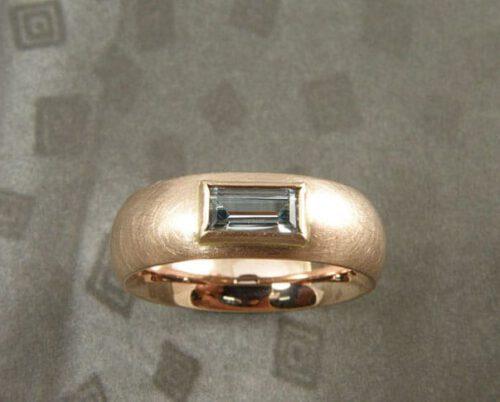 Ring Eenvoud: roodgoud met aquamarijn. Ring 'Simplicity'Rose gold with aquamarine. Design & Creation Oogst Amsterdam