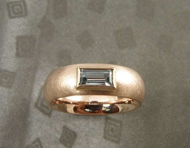 Ring Eenvoud: roodgoud met aquamarijn. Ring 'Simplicity'Rose gold with aquamarine. Design & Creation Oogst Amsterdam