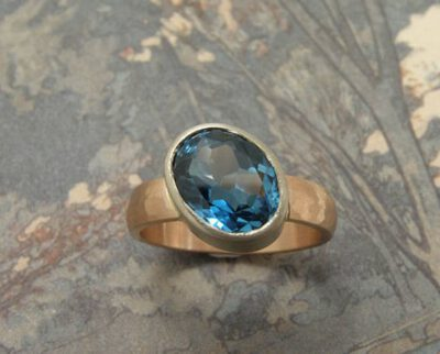 Ring Ritme, roodgoud met topaas. Ring Rhythm, rose gold with topaz. Oogst goudsmid Amsterdam
