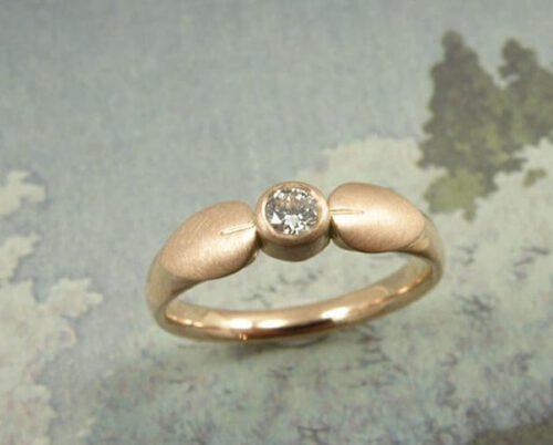 Roodgouden blaadjes ring met diamant. Rose golden ring with leafs and diamond. Uit het Oogst atelier Amsterdam.