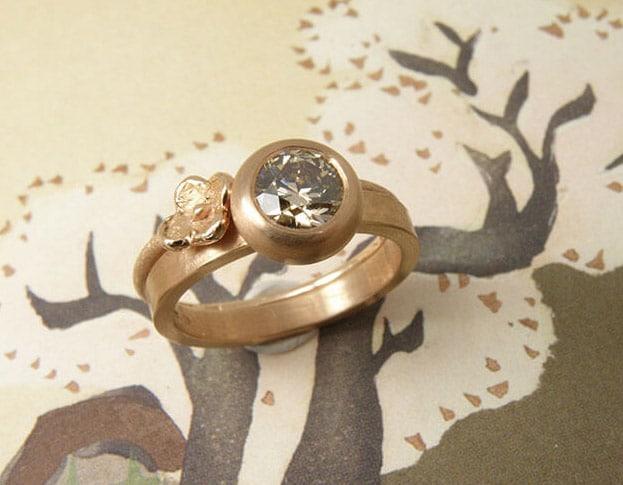Roodgouden 'Boleet' ring met 0,90 crt bruine diamant. Roodgouden Bloem aanschuifring. Ontwerp goudsmid Oogst in Amsterdam