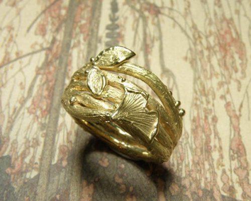 Ring takjes en blaadjes vervaardigd van eigen goud. Ontwerp van Oogst sieraden.