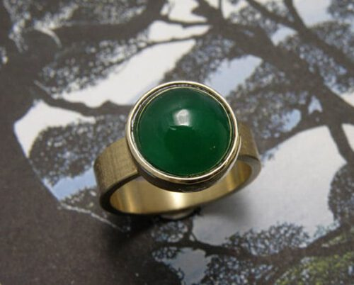 Ring Linnen, vervaardigd van eigen goud en eigen groene edelsteen. Ring Linnen made from heirloom gold and own gemstone. Design by Oogst Amsterdam