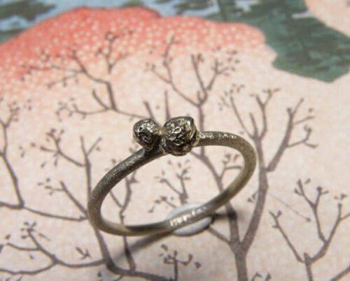 Ring witgoud met structuur bolletjes. Baargoud, geboortesieraad. White gold ring with textured berries. Push present. Birth gift. Oogst ontwerp & creatie