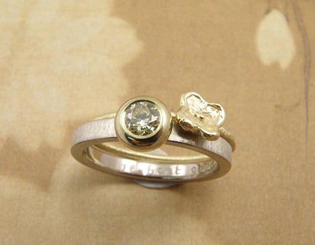 Aanschuifringen 'Boleet' vrolijke bloemetjes ring van eigen geelgoud vervaardigd met 0,25 crt cape diamant. Stack rings 'Boletus' cheerful flower ring made of heirloom gold with 0,25 crt cape diamond. Uit het Oogst atelier Amsterdam.