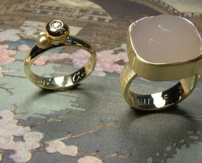 Ringen 'Eenvoud' ring vervaardigd van trouwring van opa met bollen en eigen diamant, ring vervaardigd van eigen goud met eigen diamant, ring vervaardigd van trouwring van vader met eigen chalcedoon in zetting van eigen goud. Rings 'Simplicity' ring made from wedding ring from grandfather with spheres and heirloom diamond, ring made of heirloom gold and diamond, ring made from wedding ring from father with heirloom chalcedone. Oogst Amsterdam.