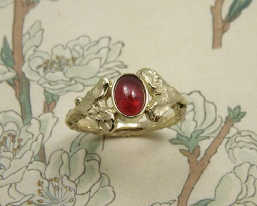 Ring Blaadjes met cabochon geslepen Robijn, van eigen oud goud vervaardigd. Ring Leafs with cabochon cut Ruby, created from heirloom gold. Design Oogst Amsterdam