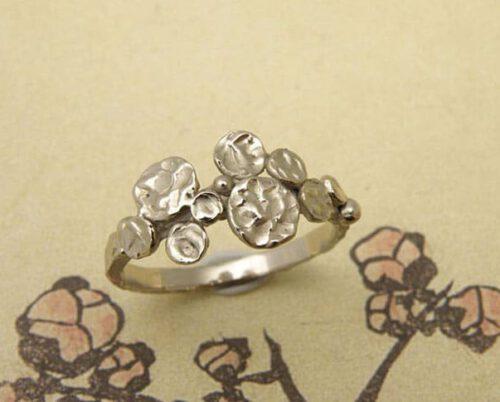 Witgouden 'Cirkels' ring. Vrolijk ontwerp van Oogst Amsterdam.