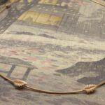Roodgouden takjes schakels met fijne blaadjes. Rose golden twigs necklace with delicate leafs. Oogst goudsmeden Amsterdam.