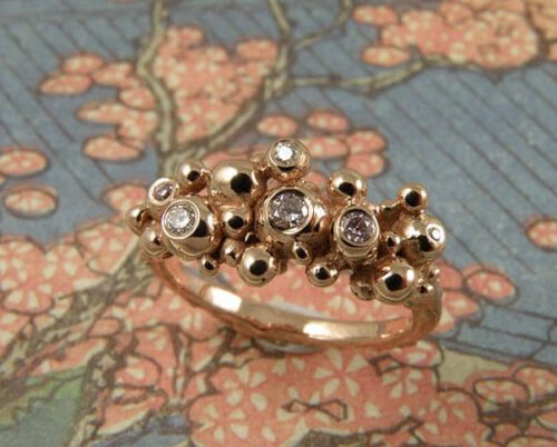 Roodgouden ring Bessen met diamant. Rose gold Berries ring with diamonds. Uit het Oogst goudsmid atelier. Made in the Oogst goldsmith studio.