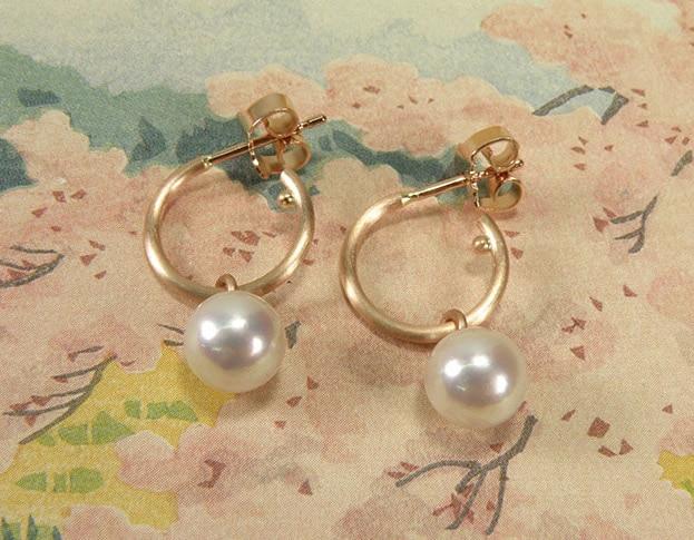 Roodgouden oorsieraden Eenvoud, creolen met akoya-cultive parels. Bruidssieraden. Rose gold earrings Simplicity, hoops with pearls. Bridal jewellery. Oogst Amsterdam.