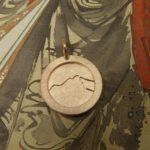 Roodgouden hanger met handgravure Berg. Rose gold pendant with hand engraving Mountain. Oogst Amsterdam. Push present. Baargoud Geboortecadeau