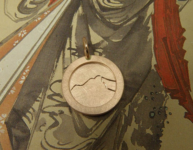 Rose gold pendant with a hand engraving of a Mountain. Oogst goldsmith Amsterdam. Push present.