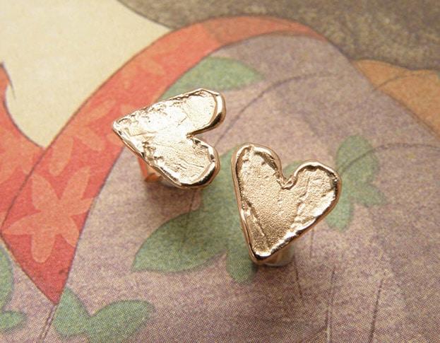 Roodgouden hartjes oorstekers. Rose golden heart earstuds. Oogst goudsmeden Amsterdam.