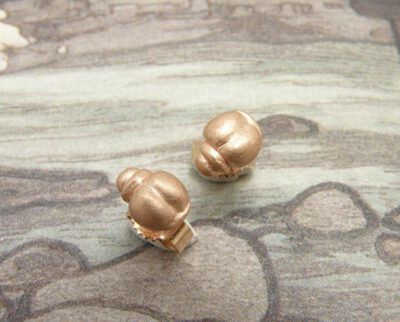 Roodgouden kevertjes oorstekers. Rose golden bug earstuds. Oogst goudsmeden Amsterdam.