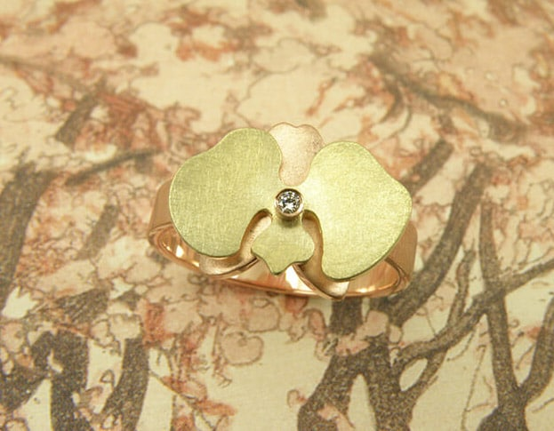 Roodgouden orchidee ring met geelgouden details en diamantje. Rose golden ochid ring with yellow golden details and a diamond. Oogst goudsmeden Amsterdam.
