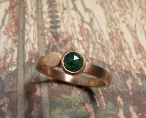 Roodgouden ring met aventurijn. Rose golden ring with aventurine. Uit het Oogst atelier Amsterdam.