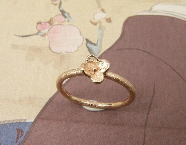 Roodgouden ring 'In Bloei'. Rose gold flower ring. Uit het Oogst goudsmid atelier. Made in the Oogst goldsmith studio.