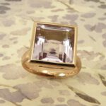 Roodgouden ring met carré geslepen amethyst. Rose golden ring with amethyst. Uit het Oogst atelier Amsterdam.