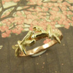 Roodgouden ring met geelgouden libellen. Rosegolden ring with yellow golden dragonflies. Oogst goudsmeden Amsterdam.