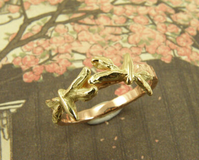 Roodgouden ring met geelgouden libellen. Rosegolden ring with yellow golden dragonflies. Oogst goudsmeden Amsterdam.