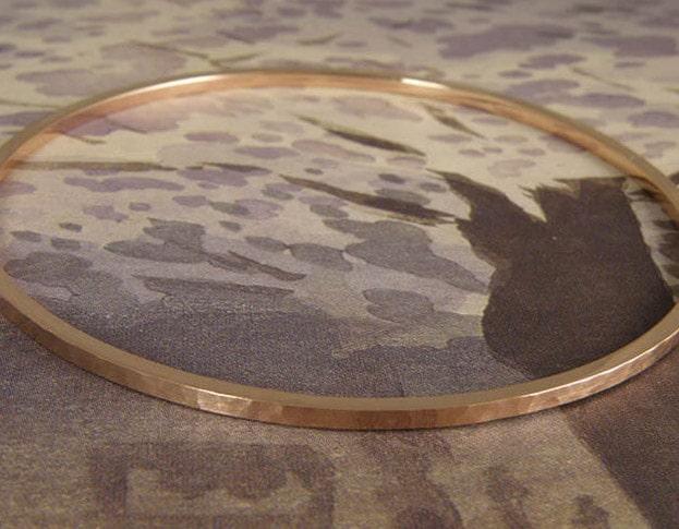 Roodgouden rinkelband met hamerslag Ritme. Uit het Oogst goudsmid atelier. Rose gold bangle with hammering Rhythm. Made in the Oogst goldsmith studio.