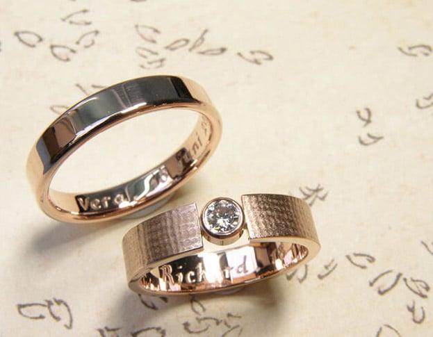 roodgouden trouwringen gepolijst en met linnen structuur en diamant.