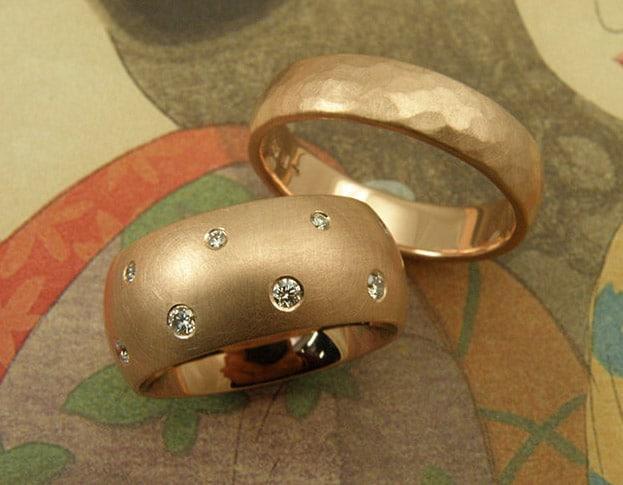 Trouwringen 'Eenvoud' & 'Ritme'. Roodgouden ring met diamanten en roodgouden ring met hamerslag. Wedding rings 'Simplicity' & 'Rhythm'. rose golden ring with diamonds and rose golden ring with hammering. Uit het Oogst atelier Amsterdam.