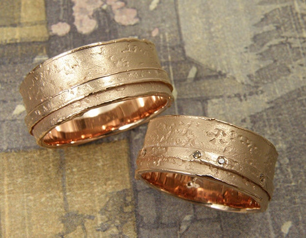 Organic Wedding rings 'Erosion'. Rose golden structure ring with small layer. White golden structure ring with small layer. Oogst goldsmith Amsterdam.