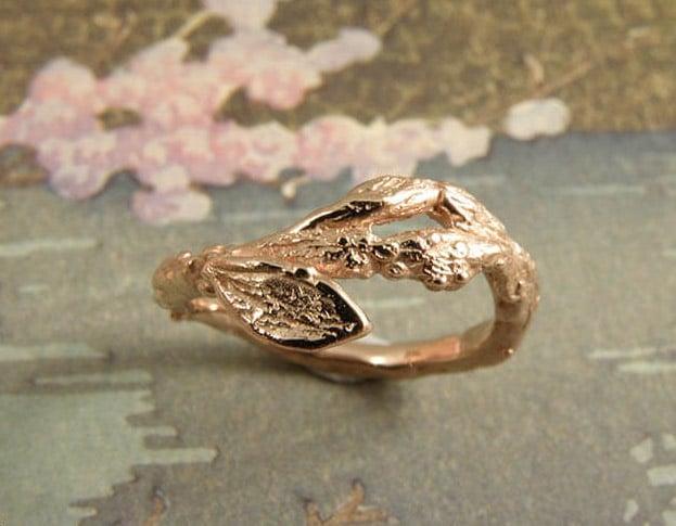 Roodgouden 'Boomgaard' ring. Speels takje met blaadje. Ontwerp van Oogst goudsmeden Amsterdam