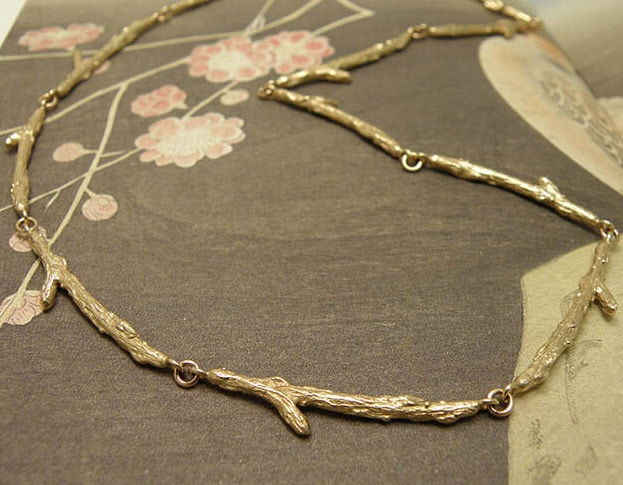 Roségouden collier Boomgaard, verfijnde takjes. Rose gold necklace Orchard, refined twigs . Oogst goudsmid Amsterdam atelier.