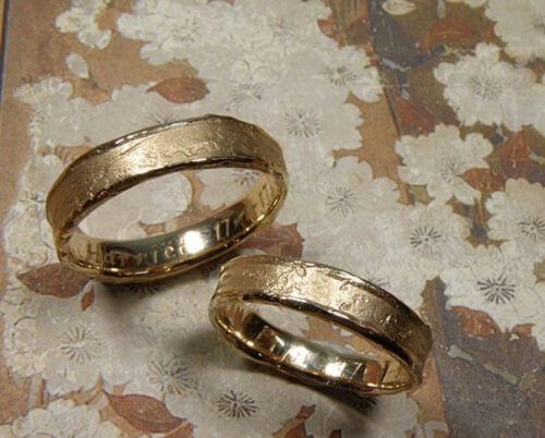 Trouwringen 'Erosie'. Roségouden ringen met structuur. Wedding rings 'Erosion'. Rose golden rings with structure. uit het Oogst atelier Amsterdam.
