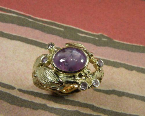 Geelgouden ring Boomgaard met roze saffier en roze diamanten. Yellow gold ring Orchard with pink sapphire and pink diamonds. Oogst goudsmid Amsterdam