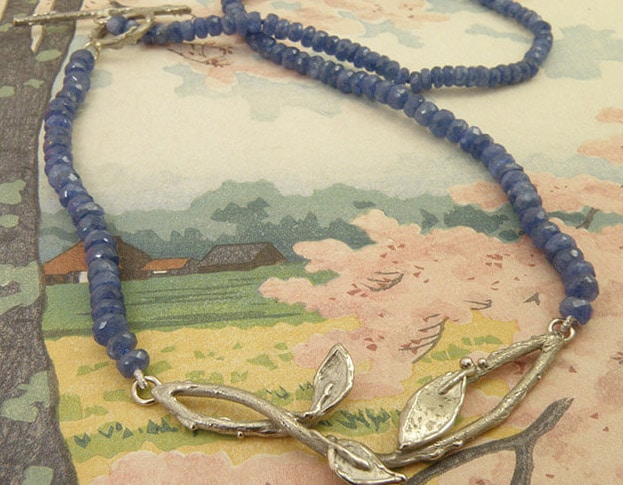 Saffier collier met witgouden blaadjes en takjes. Sapphire necklace with white old twigs and leafs. Oogst goudsmid Amsterdam.