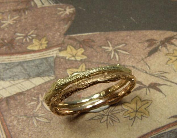 Aanschuifringen Boomgaard. Geelgouden takje roodgouden takje. Stack rings yellow gold twig. Rose gold Orchard ring.Oogst goudsmid Amsterdam