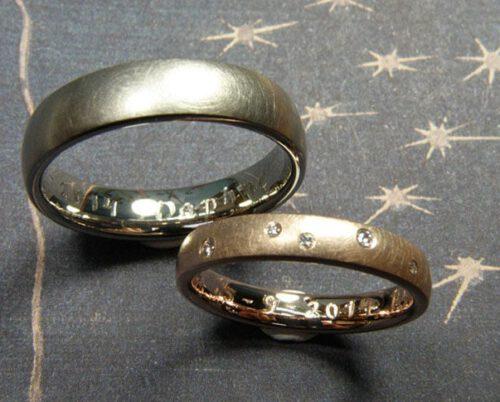 Trouwringen 'Eenvoud'. Roodgouden ring met 5 diamanten speels verdeeld. Witgouden matte ring. Modern klassieke trouwringen uit het Oogst atelier in Amsterdam.