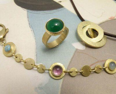 Sieraden set vervaardigd van eigen oud goud en eigen edelstenen. Jewellery made from heirloom gold and own gem stones. Design Oogst Amsterdam