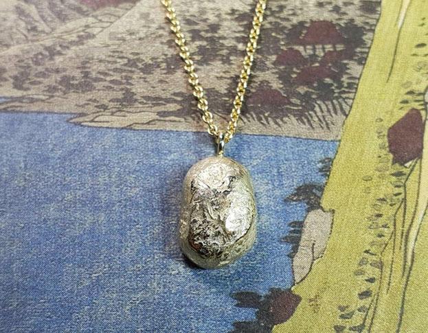 Geelgouden kei hanger. Assieraad. Yellow gold pebble pendant. Commemorative jewel. Oogst goudsmid Amsterdam