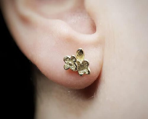 Geelgouden vergeet-me-nietje oorstekers. Oogst goudsmid in Amsterdam