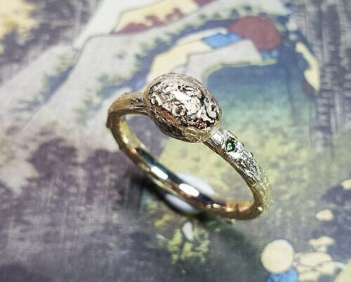 Geelgouden ring Kei. Assieraad. Yellow gold ring with a pebble and a green diamond. Oogst goudsmid Amsterdam