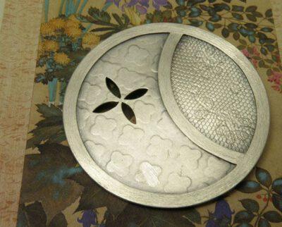 Zilveren speld met Japanse motieven. Silver brooch with Japanese motives. Uit het Oogst atelier Amsterdam.