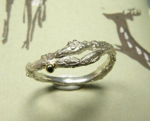 Zilveren ring 'Boomgaard' met twijgje. Silver ring 'Orchard' with twig. Uit het Oogst atelier Amsterdam.