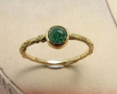 Geelgouden takje ring met roosgeslepen aventurijn. Yellow gold twig ring with rose cut aventurine. Oogst goudsmid Amsterdam