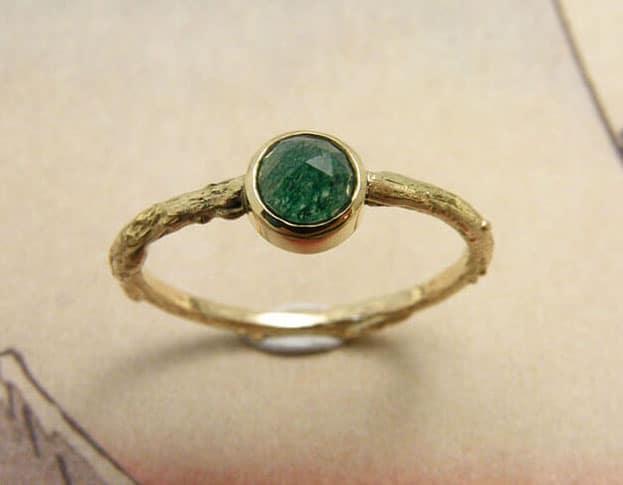 Geelgouden takje ring met roosgeslepen aventurijn. Yellow gold twig ring with rose cut aventurine. Oogst goudsmid Amsterdam