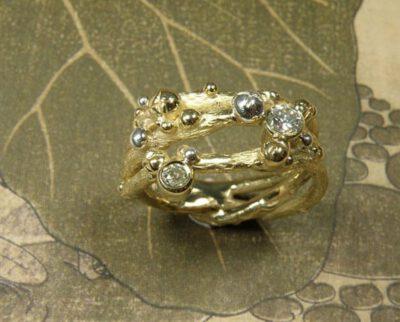 Ring 'Boomgaard' takjes ring met besjes vervaardigd van eigen geelgoud en zilver met eigen diamanten. Ring 'Orchard' twig ring made of heirloom gold and silver with heirloom diamonds. Oogst goudsmeden Amsterdam.