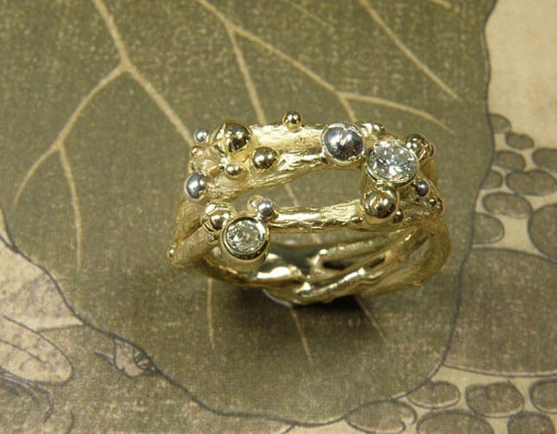 Ring 'Boomgaard' takjes ring met besjes vervaardigd van eigen geelgoud en zilver met eigen diamanten. Ring 'Orchard' twig ring made of heirloom gold and silver with heirloom diamonds. Oogst goudsmeden Amsterdam.