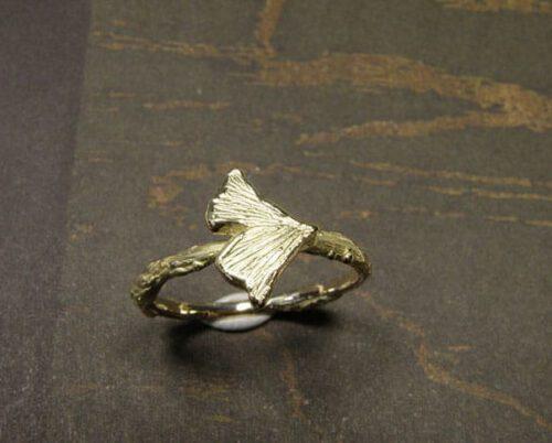 Geelgouden takjes ring met Ginkgo blaadje. Yellow gold twig ring with a Ginkgo leaf. Uit het Oogst goudsmid atelier.