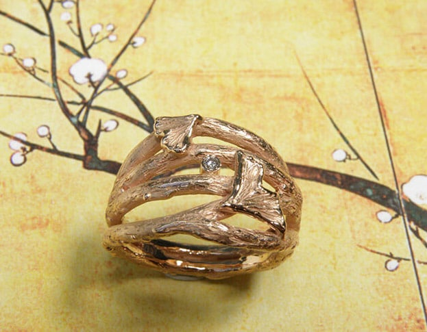 Roodgouden ring, takjes met Ginkgo blaadjes en diamant. Rose gold ring, twigs with Ginkgo leafs and a diamond. Uit het Oogst goudsmid atelier. Made in the Oogst goldsmith studio.